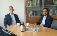 Ein Bundespolitiker der LINKEN besucht die Mikrobenmetropole DSMZ