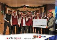 Übergrößenhändler schuhplus übergibt Spende an das Caritas Orchester Altenoythe