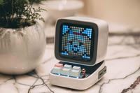 Pixel-Art-Speaker im Design eines kleinen Retro-PCs