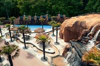 Verlegung von Natursteinplatten - mit trockenen Füßen durch den Freizeitpark