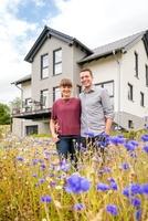 Mehr als ein Anbau: Modernes Satteldachhaus mit Erker von Fingerhut Haus