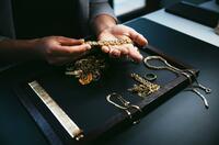 Ein glänzender Zeitpunkt: Degussa Kunden nutzen hohen Goldpreis und verkaufen Altgold