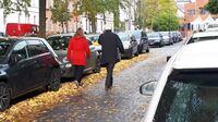 Unfallgefahr: Laub vom Gehweg entfernen