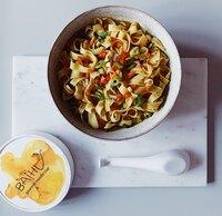 """Erfolgsprodukt aus Berlin: Instantnudeln neu gedacht    BAiHU Foods ist mit seinen """"Gourmet Noodle Cups"""" ab sofort deutschlandweit bei REWE erhältlich"""