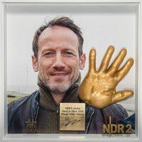 Eine Hand für den guten Zweck: NDR 2 versteigert Gips-Abdrücke zugunsten der Corona-Hilfe für den Norden