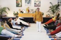 Sukadev Volker Bretz gibt Charity Yogastunde für Indien