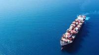 Wenig nachhaltig - Fahrzeugteile von Kontinent zu Kontinent in Einwegverpackungen transportieren