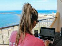 Workation: Mitarbeiter von Traum-Ferienwohnungen kombinieren Arbeiten und Reise