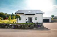 """Offen für eine 5-köpfige Familie: Das moderne energiesparende Fingerhut Haus """"Amika"""""""