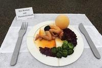 Menschenbraten mit Rosenkohl und Knödel - Spektakuläre Meatout-Auftaktaktion vor dem Brandenburger Tor