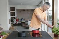 Oranier Küchentechnik: Hier kocht der Chef - Immer mehr Männer entdecken die Küche als Spielfeld