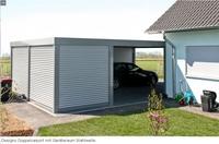 Fröhlich im Garten arbeiten am Designo Doppelcarport mit dem Geräteraum Stahlwelle