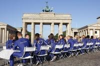 """""""Herz-KreisLäufer"""" starten frühstückend ihren Berlin-Aktionstag am Brandenburger Tor"""