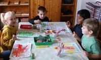 Kinder des VKJ Kinderhaus der Kleinen Füße gestalten erneut Adventskalender und Weihnachtspost der GFOS mbH