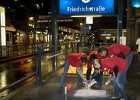 DIE JUNGEN UNTERNEHMER protestieren mit Spray-Aktion gegen Rettungsschirm-Politik