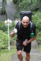 Veganer Extremsportler stellt Weltrekord im Treppenlauf mit 30kg-Rucksack auf