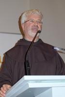 """Im Sternensaal des Baur Versands erläuterte Pater Kreitmeir die """"Kraft der Gedanken"""""""