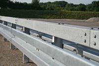 Stahl macht Straßen sicherer – mehr Schutz beim Autounfall durch Leitplanken