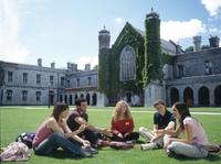 Hochschulen und Arbeitgeber bereiten Studirende mit Studentenjobs nur mangelhaft auf den Berufseinstieg vor