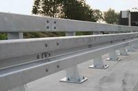 Leitplanken aus Stahl fühlen sich sicherer an