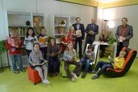 Baur spendet der Grundschule Weismain Möbel für ein Schüler-Lese-Zimmer