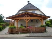 Das Carport, erstellt aus Douglasie, Lärche oder Eiche