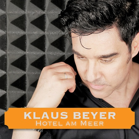 Klaus Beyer besingt sein Hotel am Meer