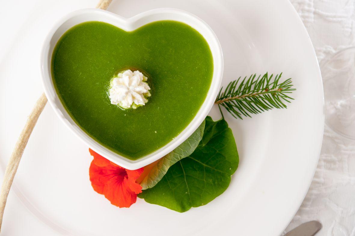 Kapuzinerkresse, Rosenquarzwasser und Zirm-Drops – Detox-Küche à la Südtiroler Hotel Tann****
