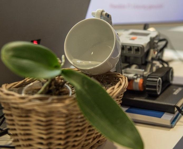 Blumengießmaschine veranschaulicht Internet of Things und modernste Machine to Cloud Communication