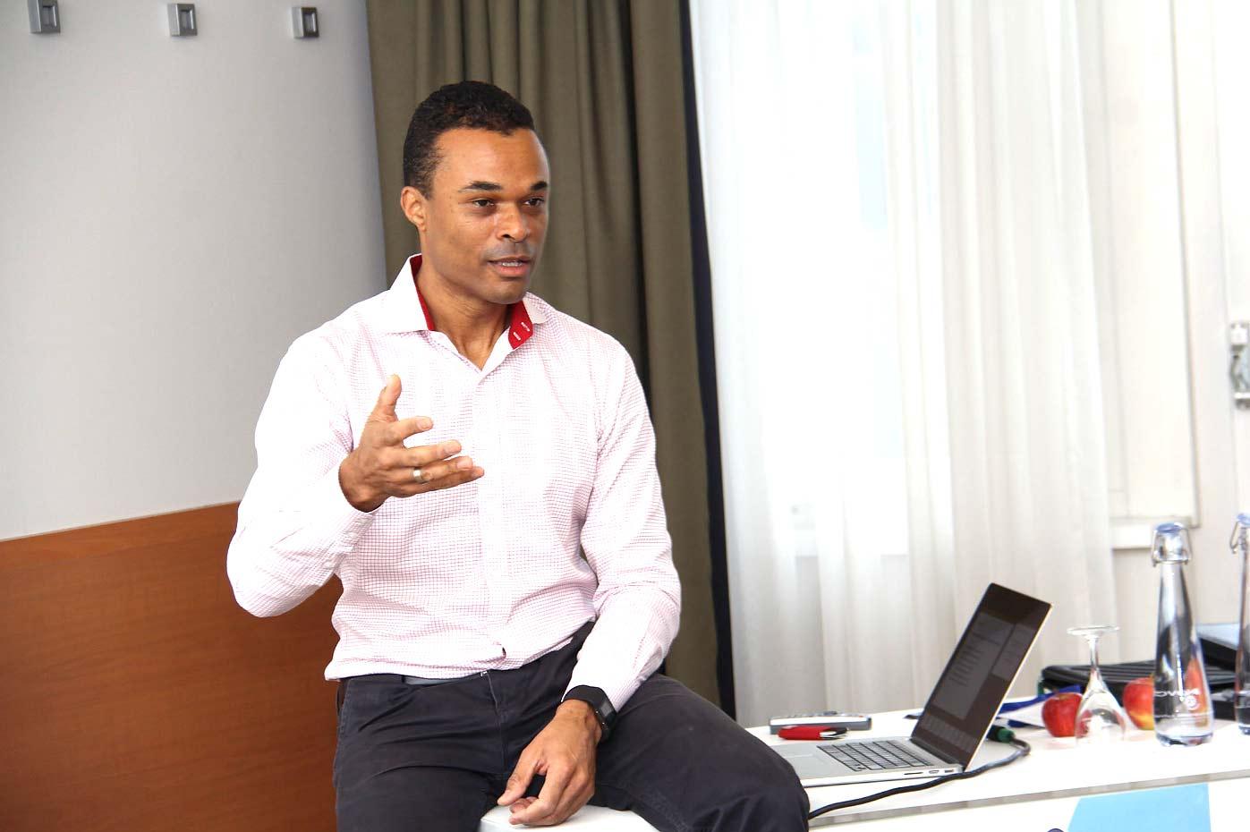 Spitzentrainer Ray Popoola unterstützt Sales-Team des Inneneinrichters Kinnarps