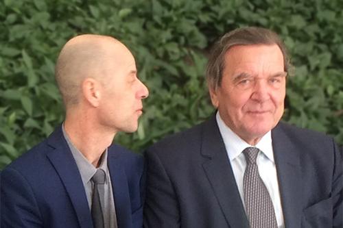 Wolfgang Frey im Gespräch mit Altkanzler Schröder