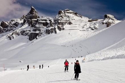 Sonnen-Skifahren in den italienischen Dolomiten