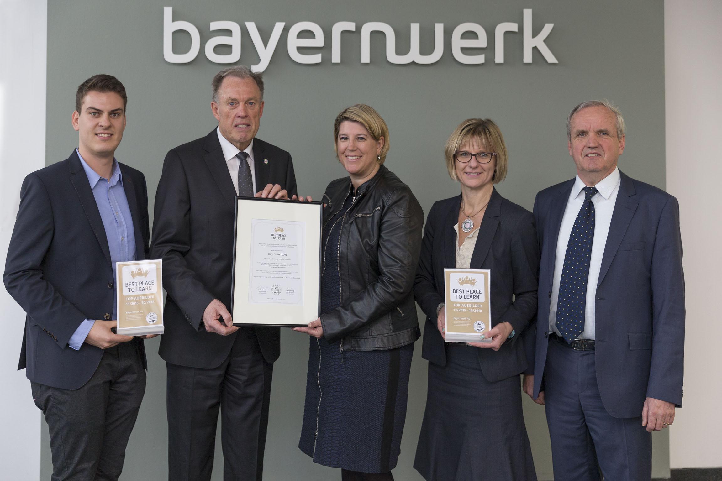 Der beste Ort, um zu lernen  Auszubildende geben dem Bayernwerk ein besonderes G#xFCtesiegel - Bayernwerk erh#xE4lt Zertifikat f#xFCr Ausbildungsqualit#xE4t
