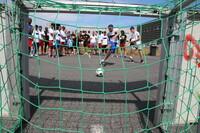 Toleranz und Fairplay beim Straßenfußball im Tropical Islands