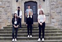 Sieben junge Menschen gestartet