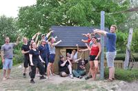 Mitarbeiter von arvato Financial Solutions bauen Spielhaus für Kinderhaus Eulenspiegel